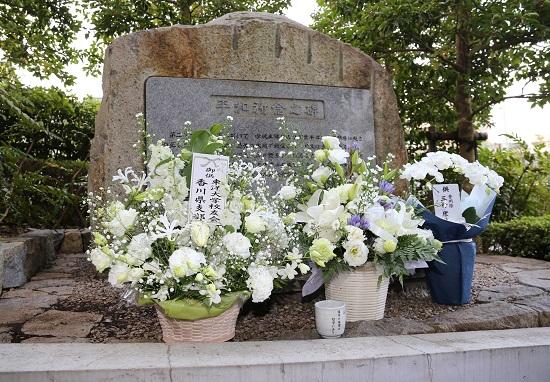 2014平和祈念の碑献花.jpg
