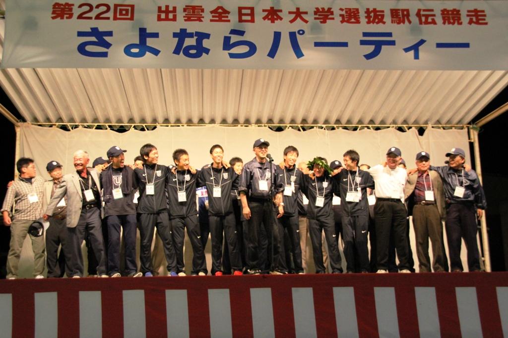 IMG_0420 ステージで校歌を熱唱.JPG