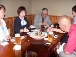 「海山」にて昼食、中村さん差し入れの刺身をいただくP1000604.jpg