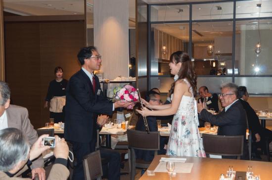 900-熊本支部長よりお礼の花束贈呈.jpg