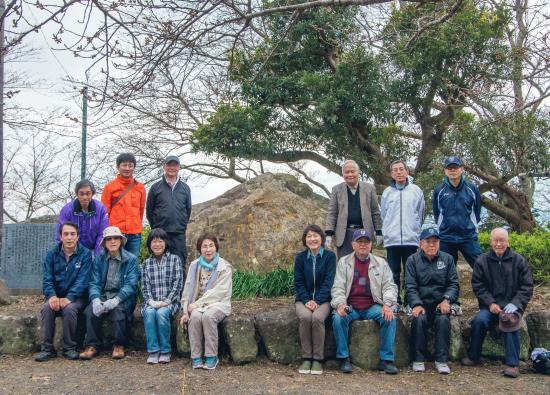 5 昨年-清掃後_歌碑と記念碑の前で記念写真.jpg